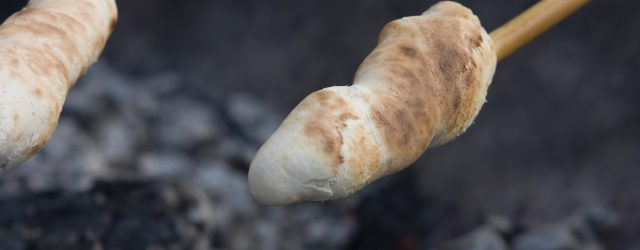 Brot am Stock über Lagerfeuer